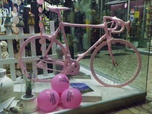 Schaufensterdeko in Schlanders - alles in rosa