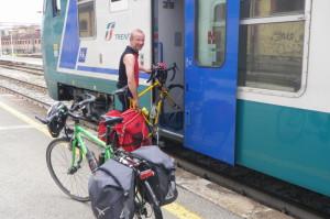 Wir haben einen Zug gefunden uns und die Räder nach Mailand bringt