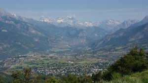 Blick zurück ins Tal nach Briancon und auf das Ecrins-Massiv