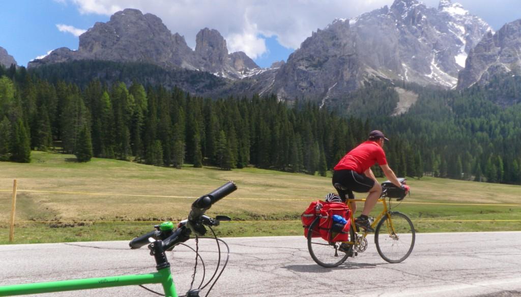 Traumhafte Kulisse auf dem Weg durch die Dolomiten
