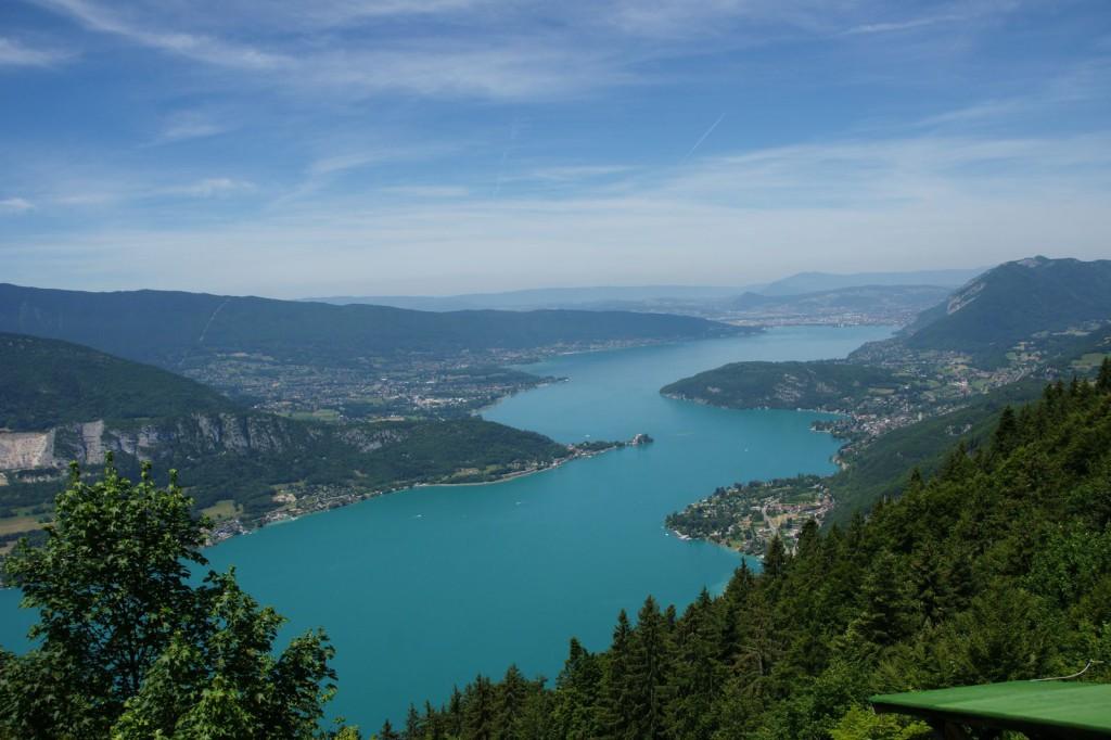 Postkartenmotiv vom Col de la Forclaz: Der Blick auf den Lac d'Annecy