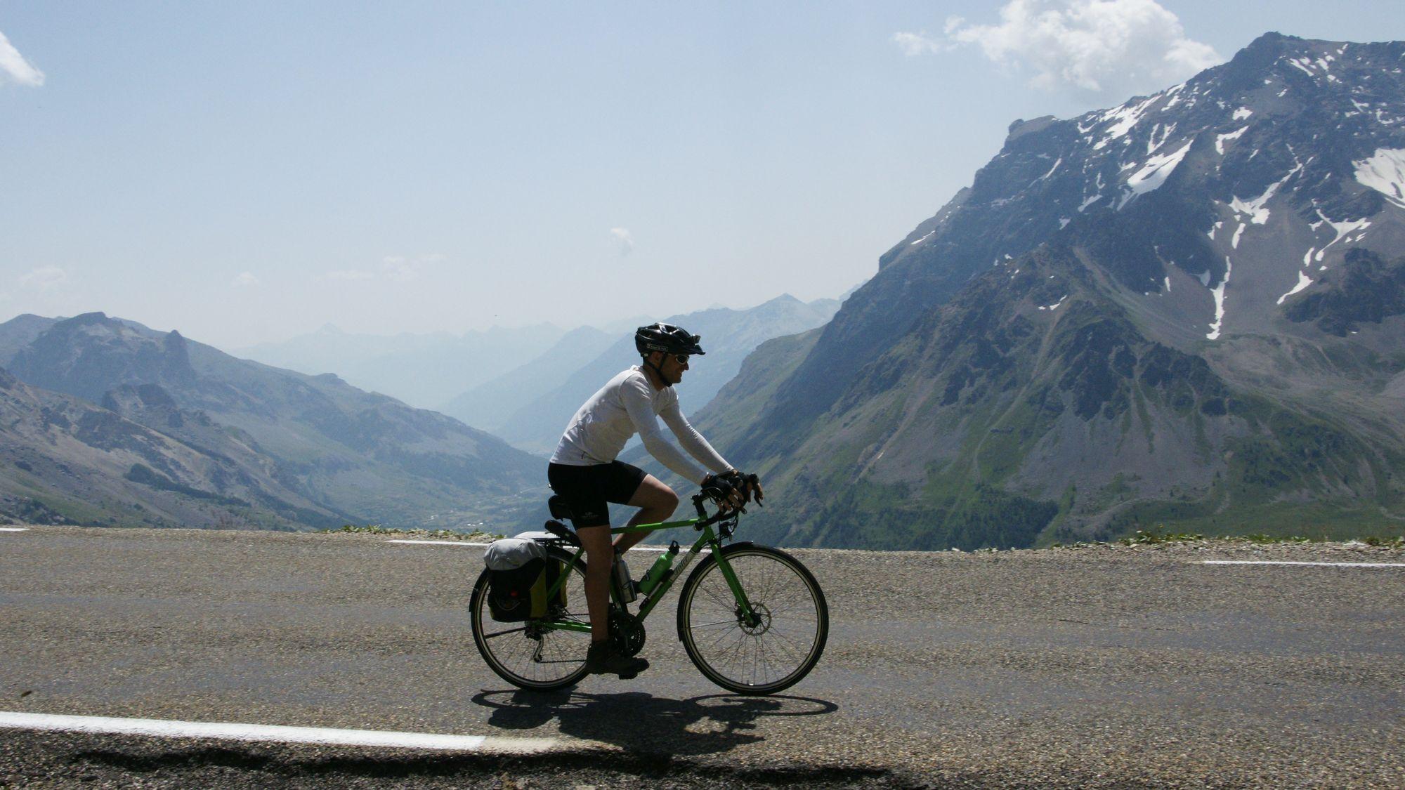 Fabian auf seinem INTEC Reiserad ganz relaxed auf der Abfahrt