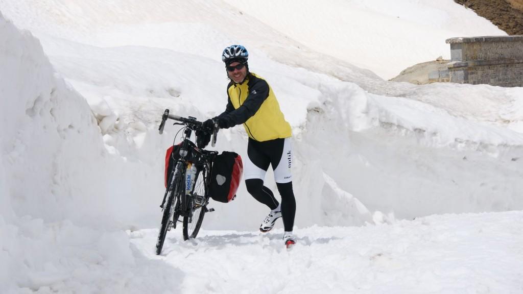 Mit dem Reiserad über den Schnee, glücklicherweise nur 30m