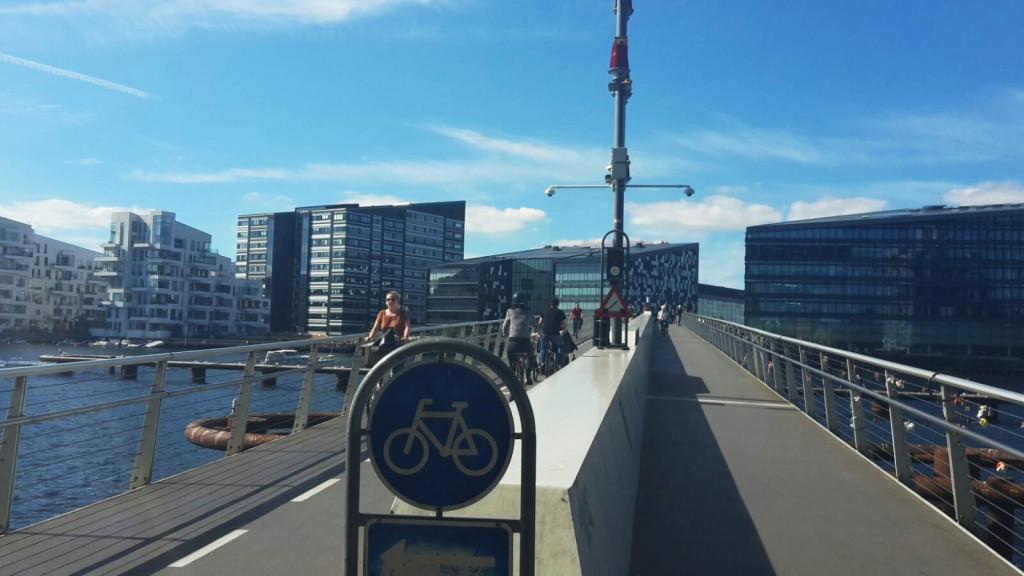 Viel Raum für Radfahrer und Fußgänger - hier ein eigene Brücke dafür.