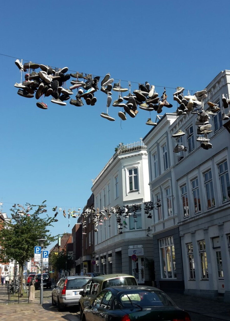 """""""Shoefiti"""" in Flensburg. Die Wortkreation aus """"shoe"""" und """"graffiti"""" beschreibt die in Höhe geschleuderten Schuhpaare. Hier in der Norderstraße in Flensburg."""