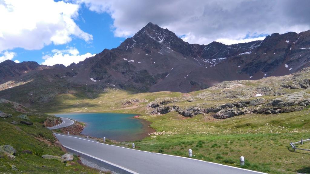 Der kleine See oben auf der Passhöhe erzeugt ein malerisches Bild