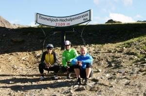 Nach 2.000 Höhenmetern ist's geschafft! Glücklich am Timmelsjoch.