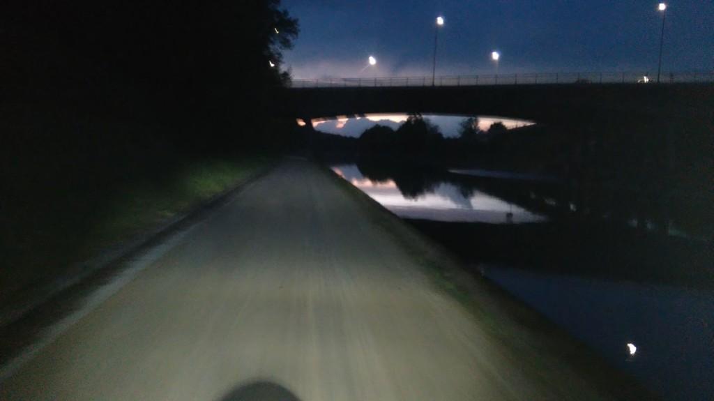 """Tolles Licht am Rad! Das Bild zeigt die Kombination """"SON-Nabendynamo und IQ-X Scheinwerfer von Busch & Müller. Einfach beruhigend, wenn rechts kein Geländer zum feuchten Abgrund ist!"""