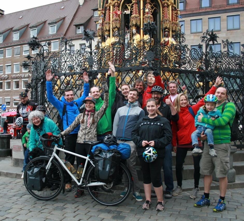 Start am 1. Mai vom Nürnberger Hauptmarkt mit Freunden und Unterstützern.