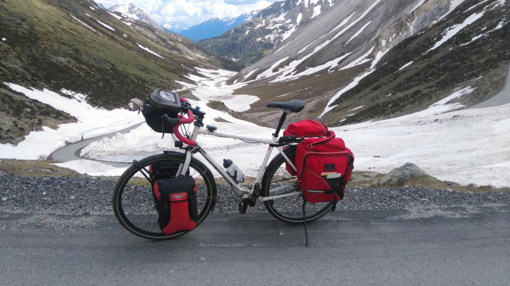 Ein perfekter Begleiter auf der Tour mit viel Gepäck, das Tanami von tout terrain. Da spielte das 18-Gang Pinion Getriebe all seine Stärken aus. Hier steht's am Forcola di Livigno