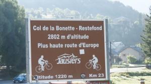 Schild mit den Daten zur Strecke von Jausier zum Cîme de la Bonette